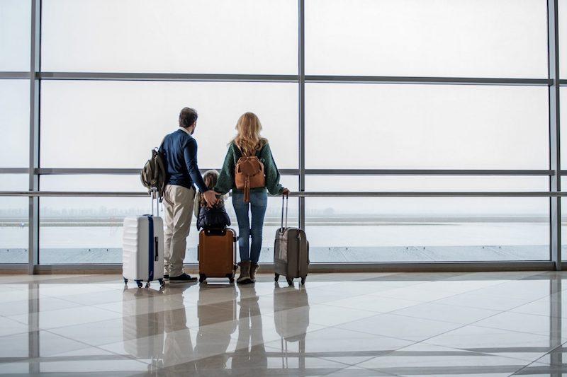 Família com bagagem no aeroporto